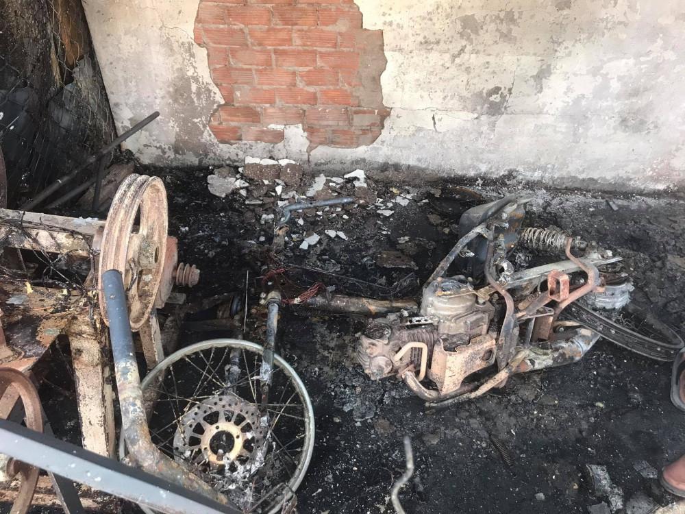 Xe máy nhà dân bị lửa thiêu rụi