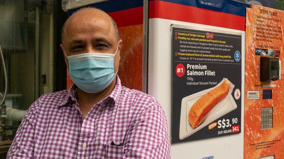 Manish Kumar - Giám đốc điều hành của Norwegian Salmon bên máy bán hàng tự động có bán cá hồi