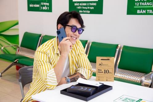 Ca sĩ Song Luân kiểm tra tính năng nghe gọi của chiếc iPhone 12 Pro Max, hoàn toàn hài lòng về chất lượng máy. Ảnh: 24hStore cung cấp