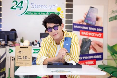 Ca sĩ Song Luân ghé 24hStore để chọn mua iPhone 12 Pro Max chính hãng VN/A làm quà đầu năm. Ảnh: 24hStore cung cấp