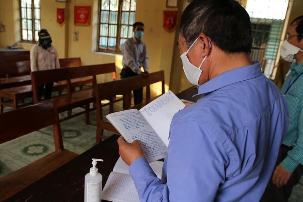 Ông Nguyễn Văn Khoái (trưởng thôn Đào Xá) và các thành viên tổ COVID-19 cộng đồng đang chuẩn bị phát bản tin trên loa phát thanh.