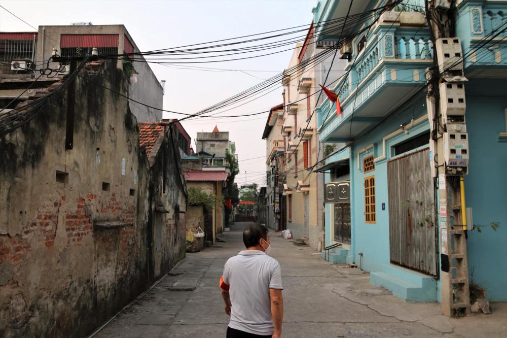 Ông Đào Văn Hoàng (Trưởng khu Thống Nhất Thị trấn Lai Cách) đang đi kiểm tra việc tuân thủ giãn cách của người dân