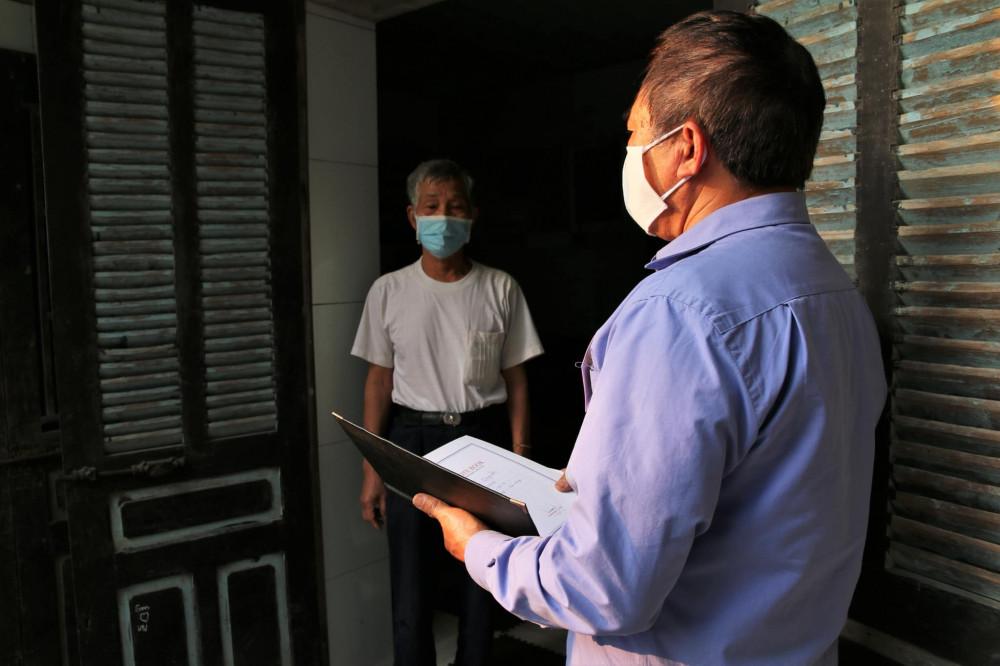 Ông Nguyễn Văn Khoái đến nhà Ông Nguyễn Văn Hùng (70 tuổi, dân cư thôn Đào Xá) nhắc nhở tuân thủ nghiêm quy định giãn cách.