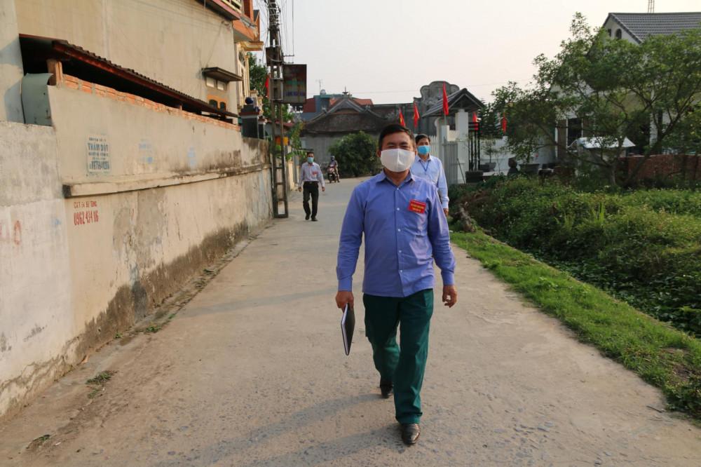Tại thôn Đào Xá có 420 hộ, đều đặn ngày 3 lần, tổ COVID-19 cộng đồng vẫn có mặt khắp các con đường, ngõ nhỏ không quản ngày nắng hay ngày mưa.