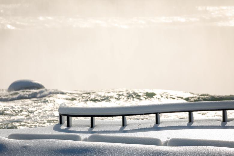 Những thanh chắn phủ đầy tuyết. Mặt cầu gỗ dẫn ra các điểm tham quan thác cũng ngập ngụa trong băng tuyết.