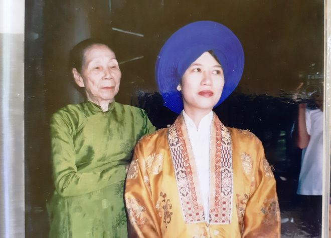 Bà Dinh (áo xanh) trong một lần quay cảnh đón đoàn làm phim cổ phục về triều Nguyễn