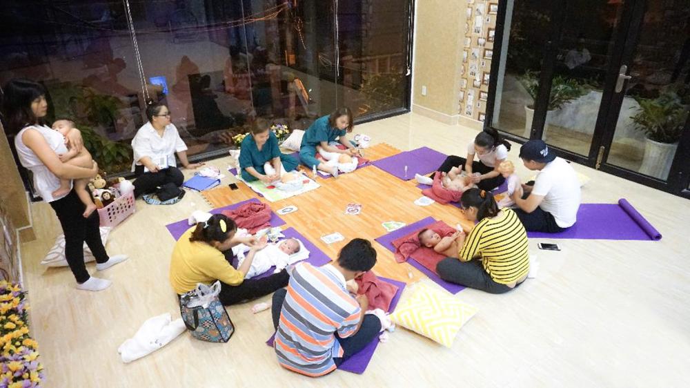 Bác sĩ Linh cùng cha mẹ và các bé sau một buổi học về cách tương tác với con trẻ