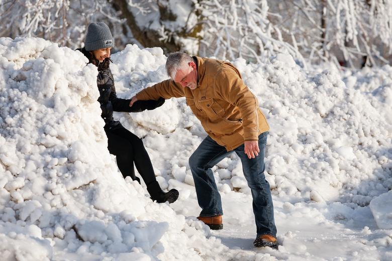 Băng tuyết tạo nên những khung cảnh kỳ vỹ, thơ mộng thu hút du khách. Tuy nhiên, do địa hình trơn trượt nên cũng khá nguy hiểm.