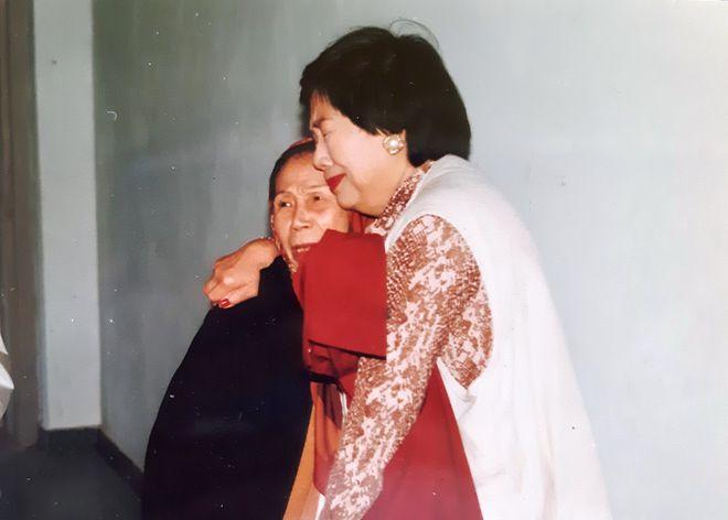 Bà Lê Thị Dinh khi gặp lại thứ phi của vua Bảo Đại- Bùi Mộng Điệp năm 1996