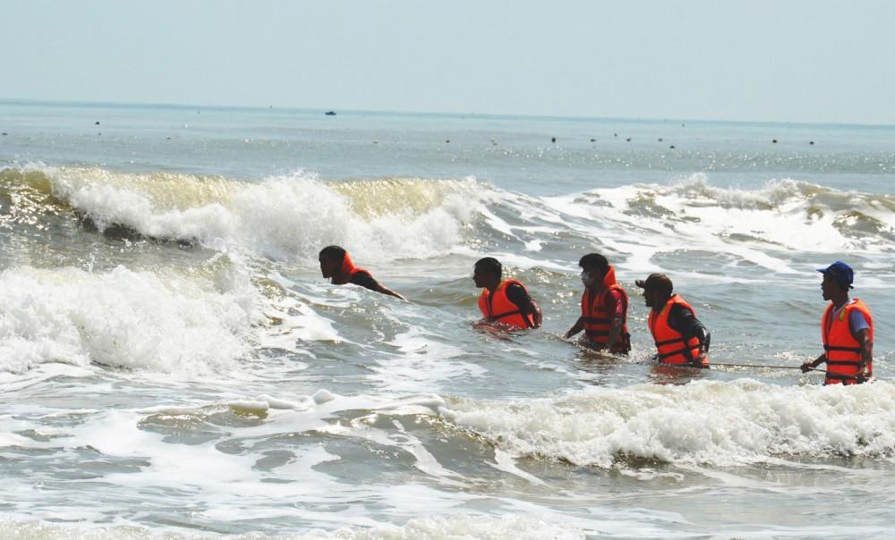 Lực lượng cứu hộ cứu nạn gặp nhiều khó khăn trong việc tìm kiếm thi thể các nạn nhân trong vụ đuối nước thương tâm