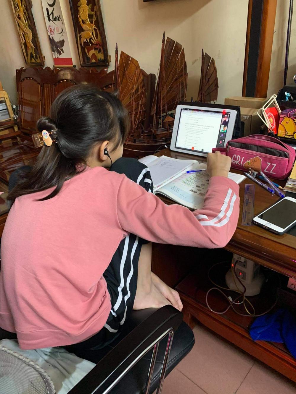 Trẻ ngồi đủ mọi tư thế khi học online    Ảnh: Đoàn Kim Ngọc