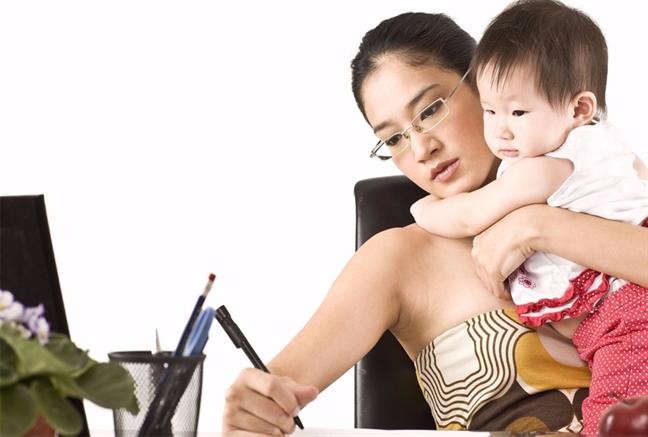Không thiếu các mẹ vừa ôm con vừa làm việc - Ảnh minh họa