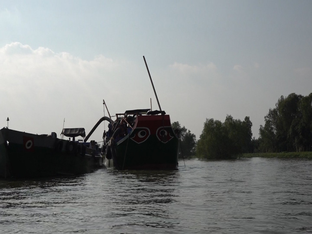 Hai sà lan 'khủng' dùng để bơm hút và chuyên chở cát khai thác sát bờ sông