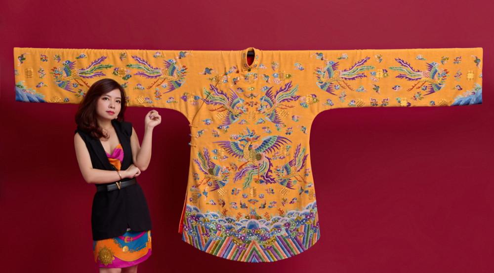 Trisha Võ và chiếc áo phượng bào