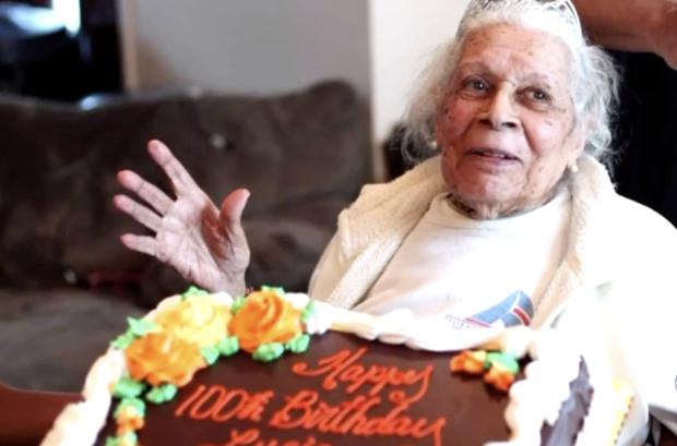 Cụ bà Lucia DeClerck trong ngày sinh nhật thứ 100 của mình. Vào sinh nhật lần thứ 105 ngày 25/1, cụ được chẩn đoán mắc bệnh COVID-19 và đã đánh bại căn bệnh chết chóc này - Ảnh: CBS Philly