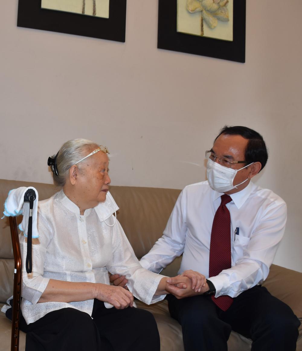 Bí thư Thành ủy TPHCM Nguyễn Văn Nên thăm hỏi BS Đoàn Thúy Ba, Anh hùng lao động, nguyên Thứ trưởng Bộ Y tế.