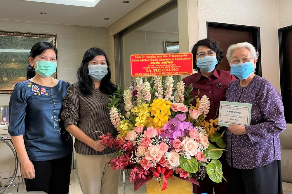 Chủ tịch Ủy ban MTTQ Việt Nam TPHCM Tô Thị Bích Châu và đoàn cán bộ TPHCM thăm, chúc mừng BS Tạ Thị Chung, Anh hùng lao động, nguyên Phó Giám đốc Bệnh viện Từ Dũ.