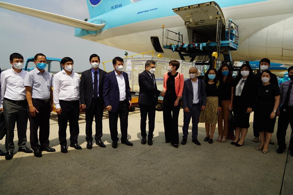 Nhiều chuyên gia đang tiếp nhận vắc xin COVID-19 đầu tiên về Việt Nam