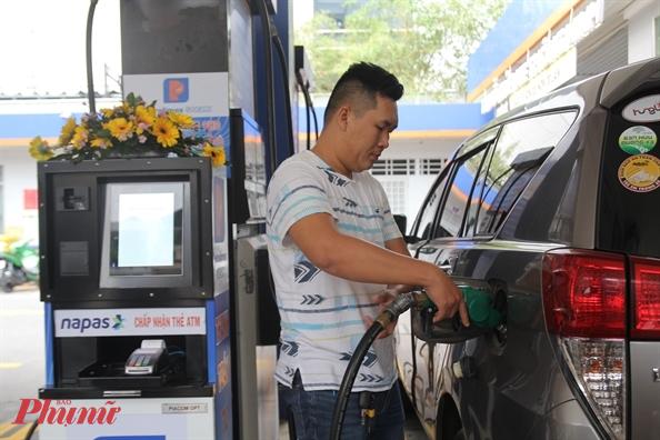 Giá xăng ngày mai (25/2) có thể tăng từ 1.000 đồng/lít. Ảnh: Quốc Thái