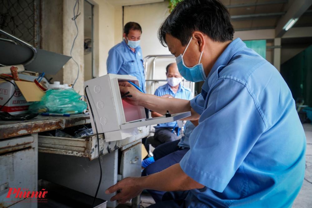 Bộ phận kỹ thuật kiểm tra độ nhạy cảm biến của máy sát khuẩn