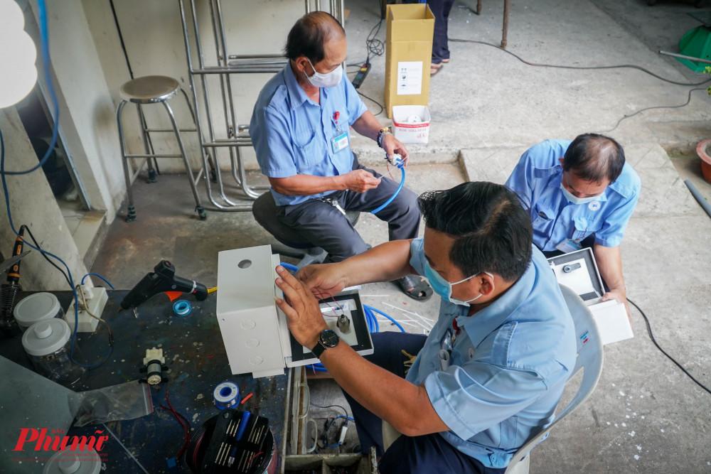 Các nhân viên tại bệnh viện Thông Nhất vãn đang tích cực sản xuất máy sát khuẩn tay nhanh