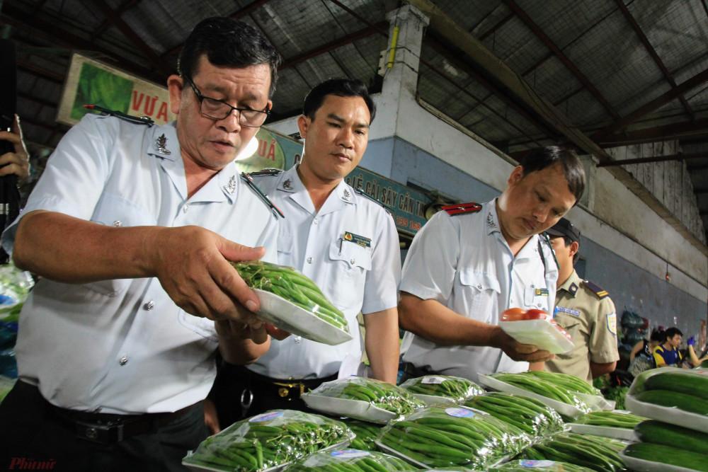 Ban ATTP kiểm tra thực phẩm tại chợ nông sản Thủ Đức. Ảnh: Quốc Thái