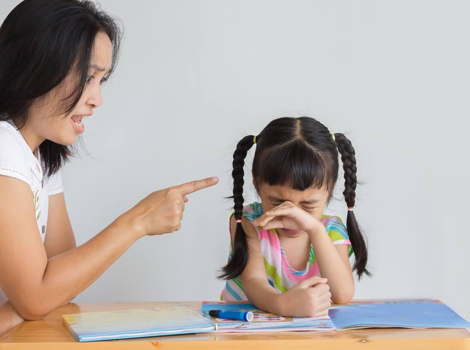 Nỗi bực dọc, cáu gắt cứ bám lấy chị trong suốt tuần làm cô giáo của con - Ảnh: minh họa