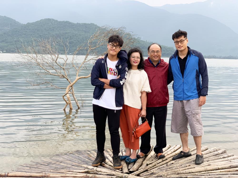 Gia đình phó giáo sư - tiến sĩ - bác Sĩ Hoàng Thị Diễm Tuyết trong một chuyến du lịch