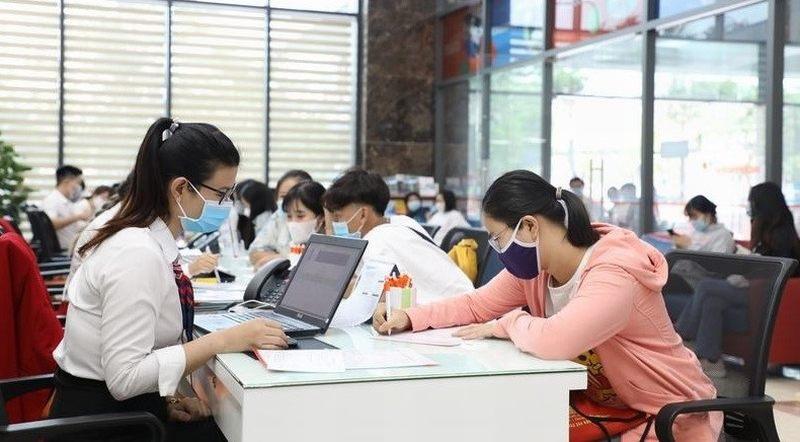 Sinh viên Trường ĐH Kinh tế Tài chính TP.HCM thực hiện khai báo y tế