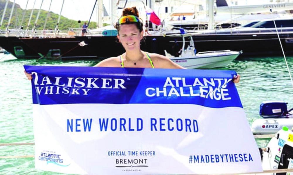 Jasmine Harrison ăn mừng chiến thắng sau khi trở thành người phụ nữ trẻ nhất chèo thuyền vượt Đại Tây Dương - Ảnh: THE GUARDIAN