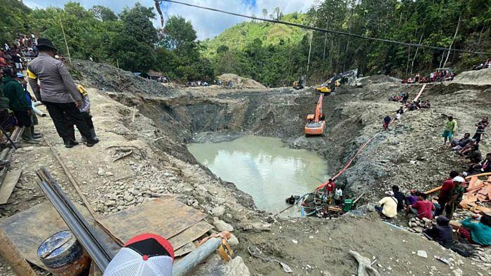 Các đội cứu hộ đang nỗ lực tìm kiếm những người sống sót sau vụ sập hầm mỏ