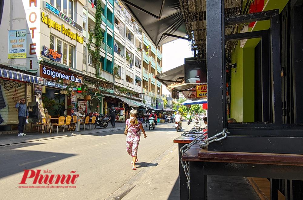 Hàng quán tại phố Tây Bùi Viện đã tạm ngưng hoạt động kể từ 12g trưa ngày 9/2 theo chỉ đạo của UBND TPHCM