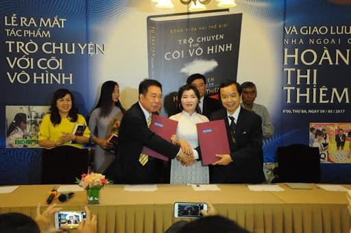 Buổi ra mắt sách Trò chuyện với cõi vô hình vào tháng 5/2017. Ảnh: First News - Trí Việt
