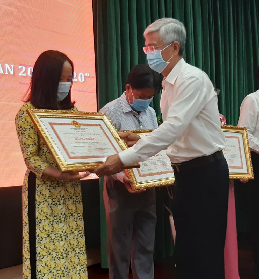 Ông Võ Văn Hoan trao bằng khen cho Hội LHPN TPHCM vì có thành tích xuất sắc trong  10 năm