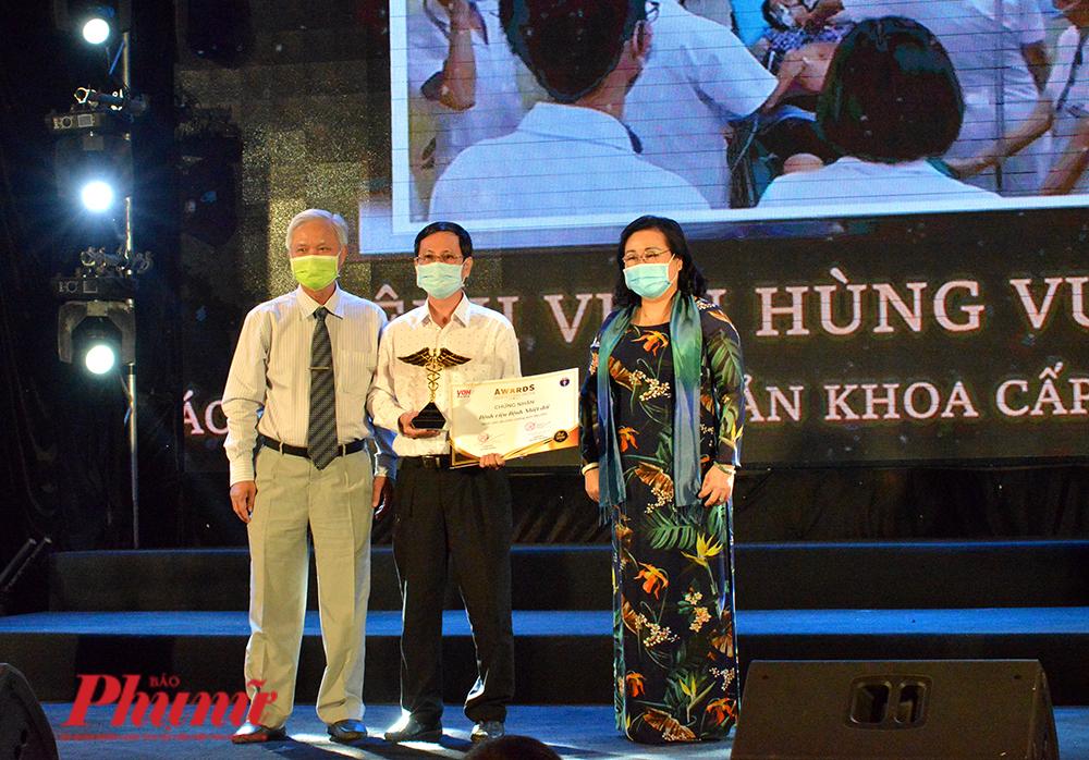 BS Nguyễn Thành Dũng - GĐ BV dã chiến Củ Chi nhận cúp biểu tượng của Giải thưởng Thành tựu y khoa Việt Nam