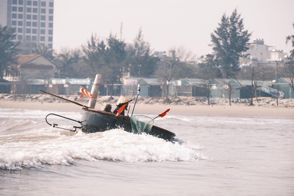 Thuyền thúng rẽ sóng vào bờ, kết thúc 1 chuyến lộng đầu năm
