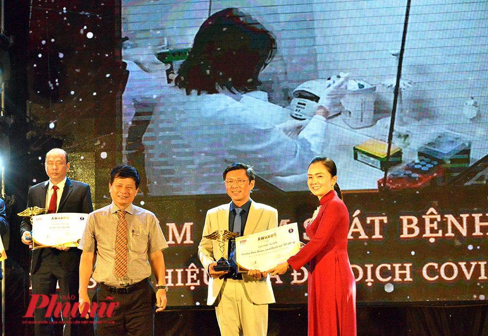 BS Nguyễn Trí Dũng - GĐ HCDC TPHCM nhận cúp biểu tượng của Giải thưởng Thành tựu y khoa Việt Nam 2020