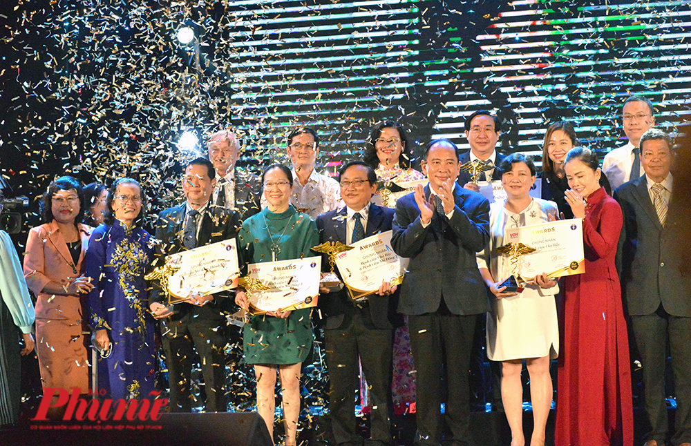 Đại diện các cơ sở y tế nhận Giải thưởng Thành tựu y khoa Việt Nam năm 2020