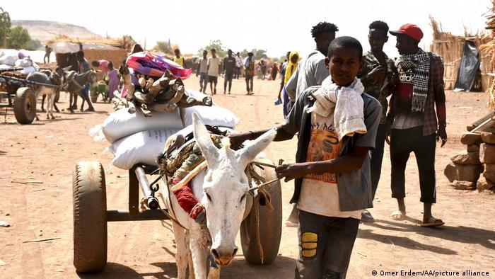 Hàng chục ngàn người đã chạy trốn khỏi vùng chiến sự ở Tigray - Ảnh: DW/Getty Images