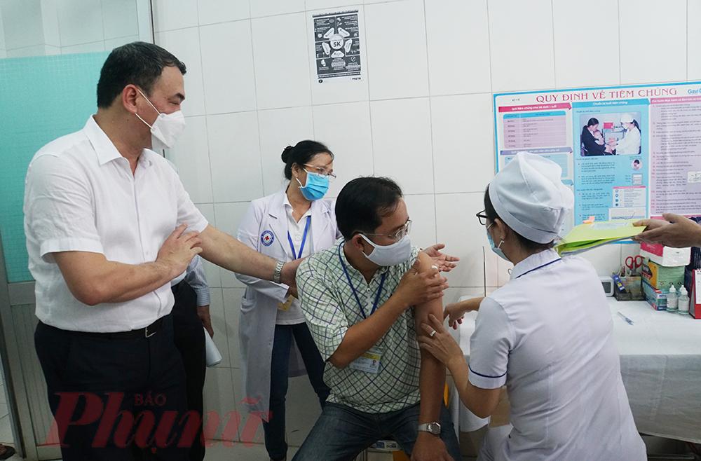 Giám sát buổi tiêm ngừa, ông Nguyễn Ngô Quang - phó Cục trưởng Cục Khoa học - công nghệ (Bộ Y tế) trực tiếp hỏi thăm sức khỏe tình nguyện viên. Ông cho biết trong kết quả thử nghiệm vắc-xin giai đoạn 1, các tác dụng phụ xảy ra đều nằm trong dự kiến như nóng đỏ, đau tại chỗ. Nhóm nghiên cứu đã cung cấp cho tình nguyện viên trong giai đoạn 2, tư vấn thật kỹ để mọi người thoải mái về tâm lý cũng như chủ động phản hồi lại cho nhân viên y tế những phản ứng mà cơ thể mình tiếp nhận được. Tuy nhiên, nhân viên y tế phải theo dõi thật sát, thường xuyên kiểm tra sức khỏe cho tình nguyện viên, kịp thời báo về Bộ Y tế một cách chi tiết cụ thể để tiện cho việc theo dõi và xử lý.