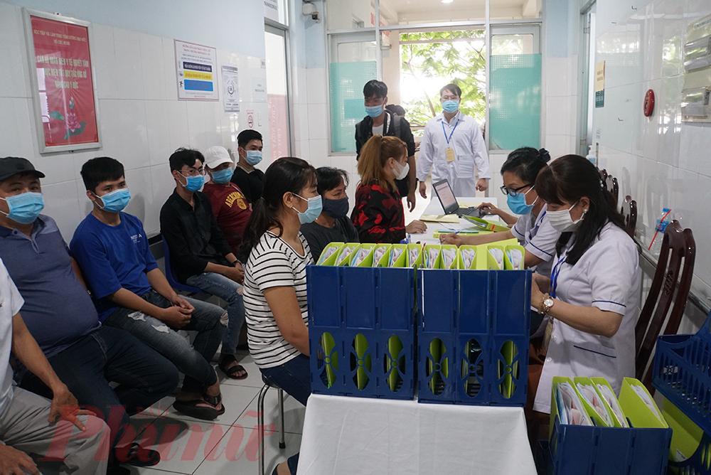 Trước khi buổi thử nghiệm vắc-xin COVID-19 đầu tiên được diễn ra, huyện Bến Lức có 56 tình nguyện viên đăng ký tham gia. Sau khi làm các xét nghiệm lâm sàng, có 45 người đạt tiêu chuẩn thử nghiệm. Sáng nay sẽ có 38 mũi tiêm được thực hiện.