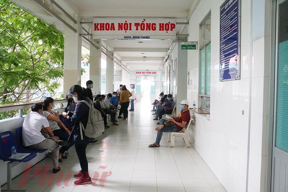 Tuy 9g sáng buổi tiêm vắc-xin ngừa COVID-19 sẽ bắt đầu. Tuy nhiên, mới hơn 6g sáng, rất nhiều tình nguyện viên tại huyện Bến Lức, tỉnh Long An đã đến Trung tâm Y tế huyện Bến Lức để thực hiện các thủ tục, xét nghiệm cuối cùng trước khi vào phòng tiêm ngừa