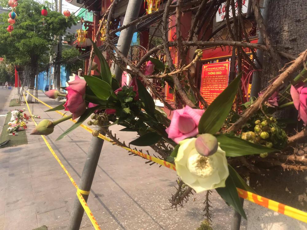 Những bó hoa cúng được để lại trên cây