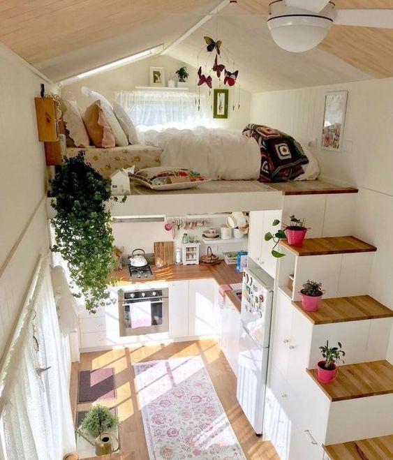 Một ngôi nhà nhỏ xinh với một phòng ngủ trên gác xép, một cầu thang tích hợp ngăn kéo trữ đồ cộng với một nhà bếp ở dưới chứa mọi thứ cần thiết cho sinh hoạt mang đến cảm giác ấm cúng, bình yên.