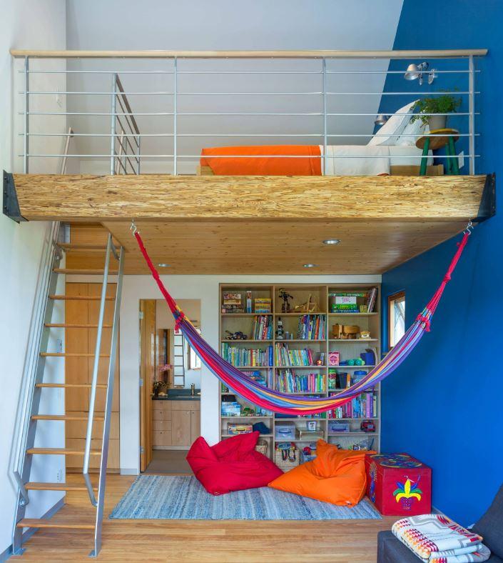 Hình 3:  Căn phòng gác mái đầy màu sắc bắt mắt cho bé với thiết kế hai tầng: tầng dưới để đọc sách và thư giãn, tầng trên là phòng ngủ.