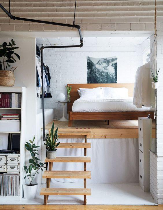 Hình 9.Một phòng ngủ gác mái hiện đại và nhỏ gọn mà sang trọng với giường gỗ, kệ treo quần áo và một tác phẩm nghệ thuật tươi mới là một ý tưởng táo bạo, thu hút.