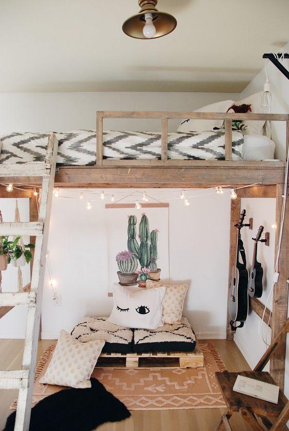 Hình 2: Một gác mái hiện đại thiết kế theo phong cách boho vừa phóng túng vừa tự do gồm một salon nhỏ, một cây đàn guitar ở dưới và và một giường ngủ  phía trên cùng với đèn trang trí tạo cảm giác phiêu linh lãng mạn được yêu thích.