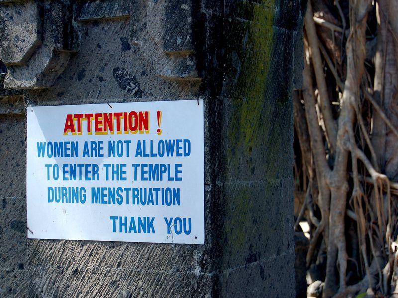 Một tấm biển ghi lời cấm phụ nữ đang trong kỳ kinh được bước chân vào đền - Ảnh: India Times