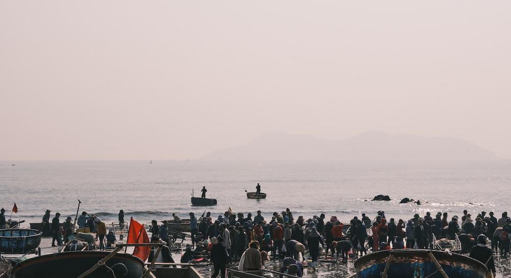 Khi bình minh chưa lên, người dân đã ra đón đoàn đi lộng về, hòng bắt gặp những cá, tôm... còn tươi tươi mới