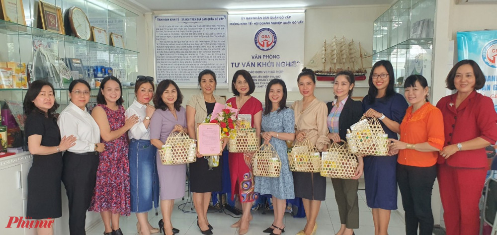 Câu lạc bộ Khởi sự kinh doanh tặng hoa và mong nhận được nhiều sự tư vấn, chia sẻ kinh nghiệm từ Hội Nữ Doanh nhân Thành phố